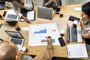 Suomalaisnaiset suunnittelevat talouttaan tunnollisemmin ja puhuvat siitä avoimemmin kuin miehet