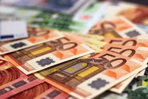 Sadat tuhannet suomalaiset maksavat lainoistaan liian suurta korkoa