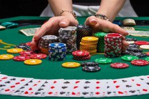 Pidä hauskaa pelaamalla erilaisia korttipelejä
